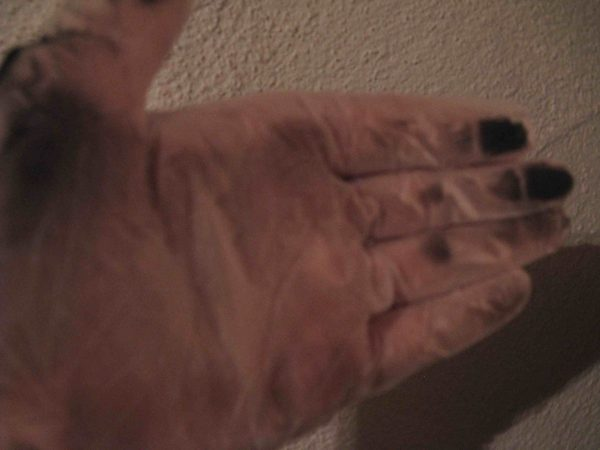 schwarzer staub auf Handschuh