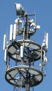 Grundstücksanalyse: Handymast mit Antennen in der Nähe
