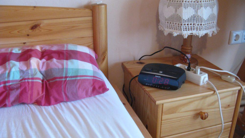 Bett mit Nachttischlampe