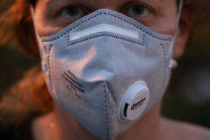 staubmaske gegen Gift beim Renovieren der Wohnung